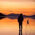 ボリビア、ウユニ塩湖。 夕景のフォトグラファー。