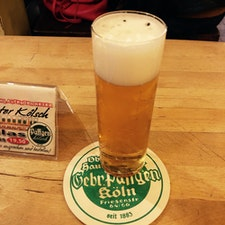 ケルシュはしご酒🤪  Päffgen  ちなみに、グラスは200mlが基本。一口で終わるような量ですがw、店員さんがコースターをグラスの上に置くまでおかわりを持って来てくれます(わんこ蕎麦とは違って、一応、いるか?と尋ねてくれました)。3、4杯飲んで、次の店へ。これを繰り返し。。おっと、この日は日帰りでした、最終の飛行機乗らないと。