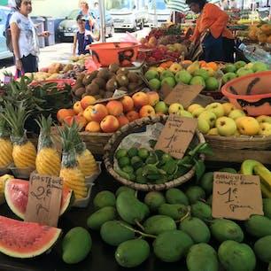 フランス領レユニオン島。 市場は果物いっぱい。