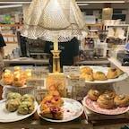 ソウル cafe layered🧁 仁寺洞エリア・安国駅からすぐのおしゃれなカフェ。 ケーキも美味しそうだったけど、アールグレイのスコーンをテイクアウトして食べました☕️紅茶の風味がしっかりして美味しくて、ボリューミーでした! 別店舗にも行ってみたいし店内でも食べてみたいなあ🤤❤︎