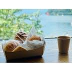 【箱根】芦ノ湖が見える美味しいパン屋さん&カフェ Bakery & Table 箱根 箱根・芦ノ湖にある出来立てのパンをいただけるカフェです。1階でパンを購入したあと、2階や1階外のテラス席でイートインをすることも可能です。3階にはパンを使ったメニューを提供するレストランも併設されており、選択肢がかなり増えます。写真は2階席ですがしっかりと芦ノ湖を眺望できます。1階外のテラス席でも晴れている日は水辺ということもあり、風通しが良く快適に過ごせると思いました。  〈アクセス〉 箱根登山鉄道 箱根湯本駅から箱根登山バス(H路線)約32分「元箱根港」バス停下車すぐ  #箱根 #芦ノ湖 #カフェ巡り #箱根旅行 #カフェ
