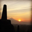 Indonesia yogyakartaボロブドゥール遺跡です。 火山活動をしているムラピ山からの 日の出は、素晴らしいです。 またコロナ終息したら行きたいナー でも朝は、メチャ寒いです🥶 1枚羽織るものが必要ですよ👍