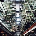 メキシコシティにある空中図書館「ヴァスコンセロス図書館」📙 まるで宙に浮いているような近未来的なデザイン!✨中央にはクジラ(?)のオブジェ🐳