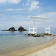 糸島にて。夫婦岩。透き通った海に白い鳥居が綺麗。