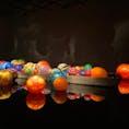 暗闇に浮かぶカラフルなガラスアート、まじまじと見入っちゃうきれいさ。 #富山市ガラス美術館