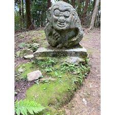 ⑦植村家長屋門から登り、一升坂を登り切り、我慢して坂を登ると変則のT字路に来ます、そこが猿石が有る二の門です、 猿石には説明書きは有ります。  #酒船石の消失石 #サント芹沢鴨の写真 #お城