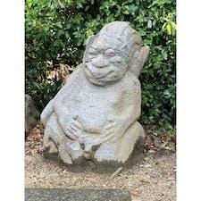 明日香村の猿石 此の石像は山王権現ですが、 なぜかコレが猿石です、 欽明天皇陵の畑から5体掘り出されたので欽明天皇陵に置かれましたが、宮内省からクレームが出て今の場所に置かれましたが、もう一体は高取城に持って行かれましたが何故移されたかは、ホントの事は判らないそうです。 しかし高取城の石は猿に似ています、 推測ですが、当初は五体置いて有り、高取城の猿石を当初から猿石と言い、移されてからも4体はそのまま猿石と言って居ます、ですから高取城跡の石像が猿石なんです。私の推理です😰 高取城の石垣には酒船石の破られた石も有るとの事です。   #明日香村 #奇石 #サント芹沢鴨の写真