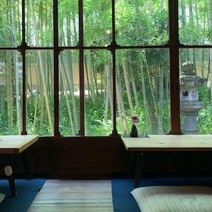 みやけ旧鴻池邸表屋 奈良県  この景色が撮りたくて、店員の方が食器を下げた瞬間すぐパシャリ。一輪のお花が可愛い。 窓際の席は次回 リベンジしたいな🌿