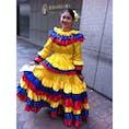 museo del oro前 コロンビアカラーのドレスを着た女性