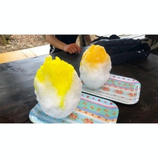 高尾山の山頂からさらに進んだ場所にある春美茶屋で食べたカキ氷。レモンとマンゴー。  #東京