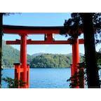 【箱根】芦ノ湖に浮かぶ水中鳥居 箱根神社 この箱根神社にある湖上の鳥居は「平和の鳥居」という名前で、日本の独立を記念して昭和27年に建てられたそうです。箱根遊覧船からもよく眺めることができますが、実際に山道を歩いて鳥居の近くまで来るとまた一味違った雰囲気を味わえます。ここまで来る間には森林にある道を進むので、森林浴にも適していると思います。 . . . [アクセス] 電車・バス利用 小田急ロマンスカーで新宿から箱根湯本まで約70分 ↓ 箱根登山鉄道箱根湯本駅から路線バスで約45分 . #箱根 #箱根神社 #神奈川 #神社 #鳥居 #絶景