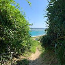 ⋆⸜ 土盛海岸 ⸝⋆  奄美で1番綺麗だと言われている海 𓂃 𓇼   空港からあやまる岬へ行く途中に あるのでこちらも空港からすぐ🚗 ꒱ ꒱   まだ砂浜へ出ていないのに この時点で遠目に見える ブルーの綺麗さにドキドキ💙  あまりにも綺麗だったので 足だけ入りました🦶♡  (※離岸流により沖に流されることも  あるようなので注意が必要な場所で  もあるようです𓇢)  #奄美大島