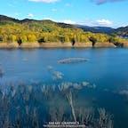 湛水面積国内2位、貯水量国内4位のシューパロ湖は、炭鉱で栄えた頃には2万人が暮らしていた鹿島地区が眠る巨大なダム湖です。紅葉の名所としても知られ、立ち枯れた木々やアーチ橋がかつての繁栄を感じさせるノスタルジックな風景が楽しめます!#北海道 #夕張 #シューパロ湖