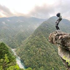 日本三大秘境の一つに有る祖谷渓の「小便小僧」  徳島県祖谷(いや) 崖の上に立つ小便小僧を見たい!と思い四国は徳島県の 「祖谷渓」の何の資料も読まず、小便小僧の写真だけを見てバイクで来ました。  コレは拙者の渾身の一枚「小便小僧」の風景をお届けします。 他の方々さんの写真も素晴らしいですが、 此の写真は我ながら実に良い一枚と思いますが😰  #四国 #祖谷渓小便小僧 #サント船長の写真 #絶景ポイント #銅像石像 #小便小僧