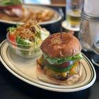 お肉はレアで! 最高の焼き加減とボリューム、ジューシーさがたまらない。岩手では唯一の本格ハンバーガーの専門店かも🤔  #ハンバーガー #GLOW #江刺