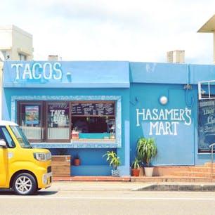 宮古島にあるタコス🌮&タコライス専門店「hasamer's mart」  たまたま停まってた黄色いミニバンとのコントラストがかわゆす😍