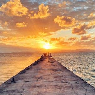 📍沖縄 | 竹富島  ✈︎ 2020.09  [ 西 桟 橋  ]  竹富島の夕陽スポットといえばここ💁♀️ 桟橋の目の前に沈んでいく夕陽。 竹富島は日帰りで行く人も多い中、ここでの夕陽は島に宿泊する特権だな〜と思う。 この日は雲多めだったけど、それがまた幻想的できれいだった✨