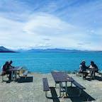 📍New Zealand  ✈︎ 2019.01  [ Lake Pukaki  ]  ニュージーランドの南島にあるプカキ湖。 ミルキーブルーの湖を眺めながら休憩できるようにベンチがたくさん用意されています🪑 雲がないと、正面にマウントクックも見える🏔 とっても居心地の良い場所でした。