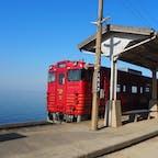 観光列車「伊予灘ものがたり」に初乗車。 下灘駅に停車中。 青い海に赤い列車はとても映えてました✨ #愛媛県#下灘駅#伊予灘ものがたり