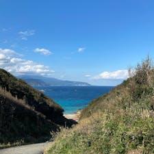 伊豆 九十浜海水浴場🌊 水質AA プライベートビーチ感 海だけでなく山道の散歩コースもある  駐車場から5〜10分歩く  行きは近い道(坂が急)な方から行くと景色最高💮 帰りはなだらかな道(海を前にして右手の海沿い)から行くと、坂もなだらかで海沿いを歩ける🚶♂️ オフシーズンだからかゴミの量がすごい 岩場も多く、浜辺もガチャガチャしてるので、裸足で歩くのは危ない 水道見当たらない(トイレの手洗い水道はあり)  2020/10/26