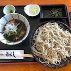 久々の旅行は、神奈川県箱根は仙石原温泉にしました。つけ汁の中にはサツマイモやズッキーニなどの野菜と豚肉。蕎麦に青唐辛子を乗せていただくと、ピリッとして味がしまります。 みよしというお蕎麦屋さんです。