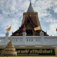 Wat Dhamma Mongkol タイ国民に広く瞑想を広めた101歳の僧侶が活躍するお寺。 一般人も瞑想を習得出来る無料コースもあるが、まだタイ語のみ。 毎日8:00〜17:00に一般開放されており、一部の施設を除いて誰でも自由に参拝、瞑想する事が出来る。 タイで1番高い仏舎利塔の10階〜14階に上るには入場料80バーツ。 そのほかの場所は無料。 今回は日本人向けフリーペーパーの企画で日本語通訳付き瞑想体験ツアーで伺いました。 若いお坊さん方が施設を案内、説明してくださり、ツアーの通訳さんが訳してくださいました。 このような団体対する案内、説明はいつも行われているようで、他にも見かけました。電話で予約が出来るようです。 このお寺には通訳はいないので自分で用意する必要があります。