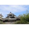【松山城】愛媛 松山市の中心部の勝山にそびえ立つ松山城。 門・櫓・塀を多数備え、狭間や石落とし、高石垣などを巧みに配し、攻守の機能に優れた連立式天守🏯 天守まではロープウェイ🚡