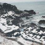 📍石川県 | 能登半島  ✈︎ 2016.01  [ ラ ン プ の 宿 ]  海に囲まれた能登半島の最先端、珠洲岬の断崖絶壁ギリギリに建つ、約450年も続く秘湯の一軒宿。 雪景色と日本海の景観が美しい。  数年に一度の大雪の日に当たったからこそ見れた景色かな😂  遠いし、お値段も張るけど、 その分の価値が十分にある素敵すぎるお宿です。