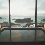 📍石川県 | 能登半島  ✈︎ 2016.01  [ ラ ン プ の 宿 ]  海に囲まれた能登半島の最先端、珠洲岬の断崖絶壁ギリギリに建つ、約450年も続く秘湯の一軒宿。 雪景色と日本海の景観が美しい。  貸切風呂からの眺めは、 日本海がほんとうにすぐそこ。 窓を開けて、波の音を聞きながら、 贅沢な入浴タイム🧖♀️