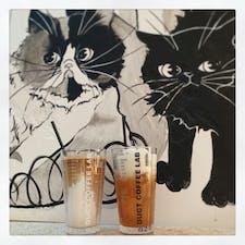 DUCT COFFEE LAB☕️🐈  恵比寿駅から少し歩いたところにあるカフェ。 壁に描かれたたくさんの猫が可愛い🥰