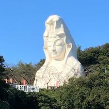 鎌倉市にある大船観音寺の白衣観音。高さは25メートル。近くで見ると圧倒されます。いい顔してる。