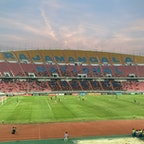 バンコク ラチャマンカラ国立競技場 サッカーの試合を観に行きました。 西側の客席はちょうど日陰になっていたので、暑くなく快適に観戦できました。 やっとタイナショナルチーム監督の西野監督が見られた♪♪♪
