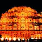 インド北部ジャイプルにあるハワーマハル(風の宮殿)。ジャイプルは別名ピンクシティと呼ばれ、旧市街全体がピンクに染まった美しい世界遺産の街です。