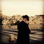 エルサレムの旧市街に佇むユダヤ教徒の男性