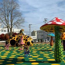 十和田市現代美術館の前のアート広場 草間作品がいっぱい