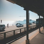 鎌倉高校前駅 ★★★★★  アニメやドラマ、CMなどで使われることも多く「湘南」といえばここ、という有名な駅。無人駅で近隣には店舗もほとんどないため、静かで落ち着いたムードの駅です。駅には江ノ島電鉄が停まり、雰囲気満点。  コメント 江ノ電から降りたそこは七里ヶ浜の海が広がっていた。ホームから海が一望できる最高の駅でした。  #鎌倉高校前駅