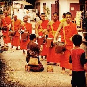 世界遺産の古都、ルアンパバーンでの僧侶による托鉢の光景