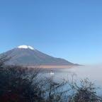 早朝の山中湖と富士山🗻  湖面からもやが立ち込め、幻想的な風景でした。