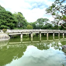 京都御所一條家の大橋  一條家は公家の近衛家や九条家、二条家、鷹司家と並ぶ五摂家のひとつで、摂政や関白を輩出する家であった。その始まりは鎌倉時代の九条道家の三男・一条実経で、家名は一条殿の屋敷名に由来する。  #京都 #伝説話し  #全国橋巡り #サント船長の写真