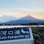 2020年11月28日(土) 河口湖を1周してきました🚗💨 富士五湖で一番長く最も標高が低い湖みたいです🤔 途中、大石公園に寄りました✨ 富士山の山頂がずっと雲で覆われてたましたが、 夕暮れ時に奇跡的に顔を出してくれました🗻 記念に1枚収めました📸  #河口湖 #大石公園 #富士五湖 #山梨 #富士山