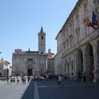 イタリア マルケ州アスコリ・ピチェーノ 大聖堂前のアッリンゴ広場