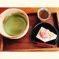 喫茶きはる(松江歴史館内)  現代の名工と呼ばれる伊丹氏が入口横で上生菓子を作っている姿を至近距離で見学できる。 この生菓子、さっぱりとした甘さでめちゃくちゃ美味しい!!今まで食べた中でダントツで美味しかった😋🥰 見た目も松江・出雲や季節にちなんでおり、目でも楽しめる。  #島根県#松江市#上生菓子#松江歴史館#和む