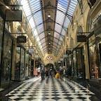 Royal arcade (🇦🇺)  ここはメルボルン最古のアーケード! 洋服店、おもちゃ屋、美容院、チョコレート屋さんなど、お店がたくさん😊天井ガラスからの自然光のおかげで温かい雰囲気でした💯😌👗  KOKO BLACKというチョコレート専門店が美味しいかったのでまた行きたいなぁ🍫