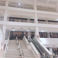 大英図書館  撮影:後輩ちゃん  この奥に見える本のタワーがとても圧巻。 ん〜これも私の下調べが甘かった!笑  #大英図書館 #イギリス #イギリスリベンジしたいこと多すぎ問題