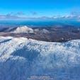 なかなか珍しい冬のオロフレ峠の全景です。左側には苫小牧市の市街地、そこから海沿いに白老町、そして日本一まあるい「倶多楽湖(くったらこ)」へと続いています。オロフレから南(太平洋側)に雪がないのも面白い景色です!#北海道 #登別 #オロフレ峠