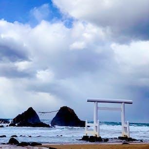 二見ヶ浦の夫婦岩  二見ヶ浦と夫婦岩は伊勢が有名だけど、 福岡県の糸島にも「志摩」という地名があり、そこに「二見ヶ浦」「夫婦岩」があります。 ご存知でしたか??  #夫婦岩 #二見ヶ浦 #鳥居 #海 #空 #岩 #福岡県 #糸島 #志摩 #九州