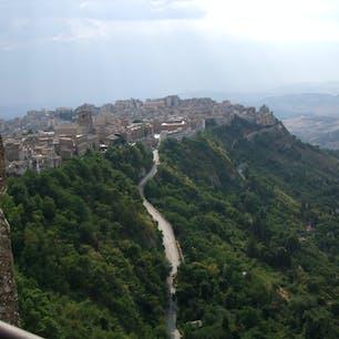 シチリアのエンナ 展望台からの隣街(カラシベッタ)の眺望 グーグルマップの場所表示が間違ってますね