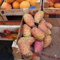 カターニア市場にて シチリア名物フィーキディンディア(ウチワサボテン)の実 ジェラートやリキュールもあるよ 味は柿を薄くしたような感じです トゲトゲに注意