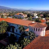 サンタバーバラ(カリフォルニア)  スペイン風建築の街並みが美しいアメリカのリビエラ、サンタ・バーバラ。郡庁舎の時計塔からの眺め。お天気が良い日はウェディング・フォト撮影のカップルに出会えることも。  #santabarbara #countycourthouse #california