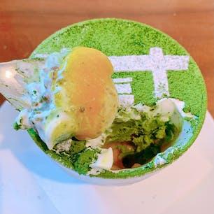 福岡県糸島市にある「Cafe Inn ふくゐ」 (2021.1.17現在 休業中)   天神からずーっと西へ行った大入駅から徒歩10分ぐらいのところにあるカフェ&ゲストハウス🏠 こちらに抹茶スイーツがあるという情報を聞き、それを食べるためだけに博多から1時間程かけて行ってきた!🚃  ふくゐ特製 抹茶パフェの特徴はこの可愛い見た目と味の楽しさ! 中には抹茶白玉・あずき・クッキー・抹茶アイス・マンゴー・抹茶ゼリー等が入っていて色んな食感があって美味しい! しかも味が喧嘩しないというのがポイント💡 小豆は甘いけど抹茶の味がちゃんとするし、マンゴーを見た時は「抹茶との組み合わせってどうなの...?🤔」って思ったけど、意外とあってよかった!(笑)  この組み合わせを食べられるのはここだけなので、気になる人は是非コロナが落ち着いた時に食べに行って欲しい...!    #greentea #cafe #tea #tearoom #dainyu #fukuoka #japan #matcha #parfait #icecream #mango #大入 #糸島 #福岡 #日本 #cafeinnふくゐ #カフェ #ゲストハウス #抹茶 #パフェ #抹茶パフェ #マンゴー #抹茶アイス #抹茶スイーツ #抹茶好き #抹茶控 #カフェ巡り #スイーツ巡り #抹茶情報 #ijustlovegreentea
